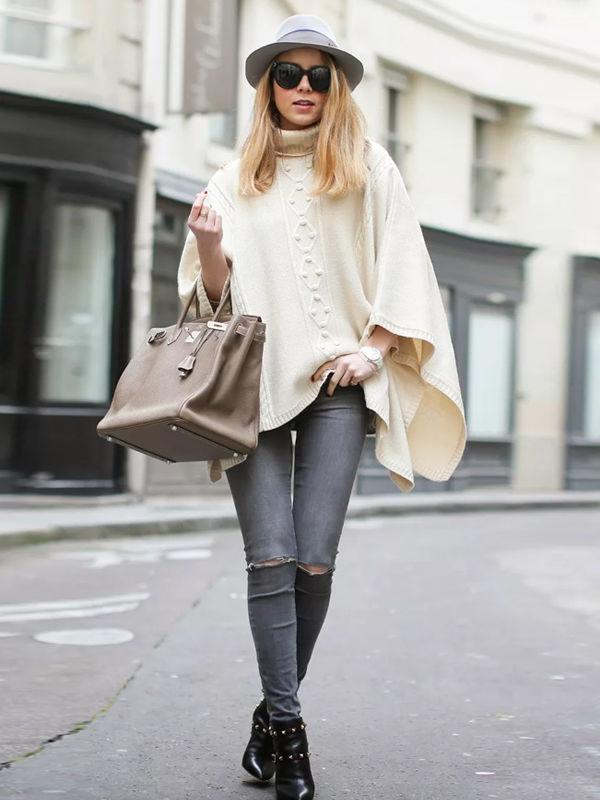 Модница сочетает шляпу с брюками