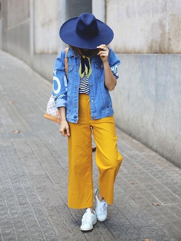 Приглушенный синий цвет можно носить с желтым