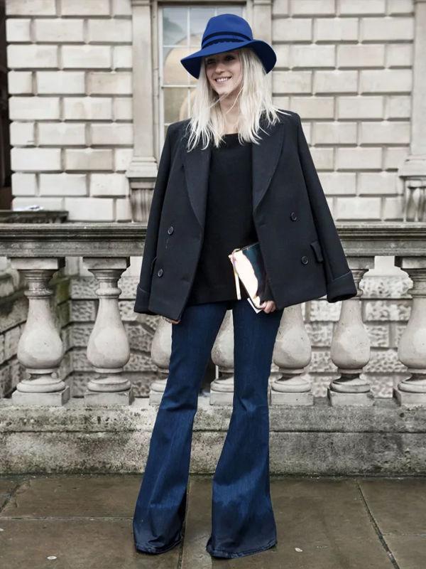 Синяя шляпа и джинсы — самая очевидная комбинация