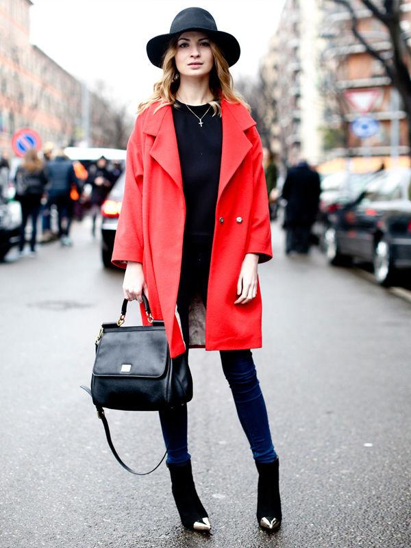 Красное пальто — лучший спутник черной шляпы